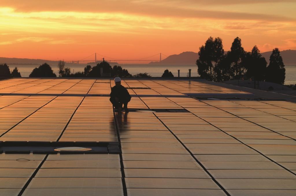 impianto fotovoltaico al tramonto