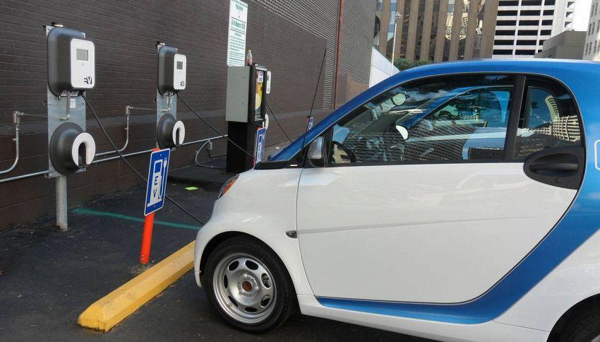 auto elettrica smart si ricarica