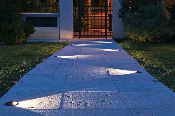 Come illuminare il giardino con i led l 39 illuminazione for Illuminazione da giardino a led