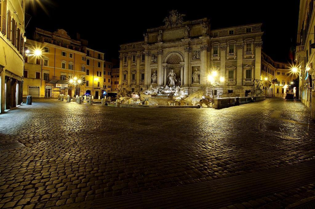fontana trevi illuminazione led notturna