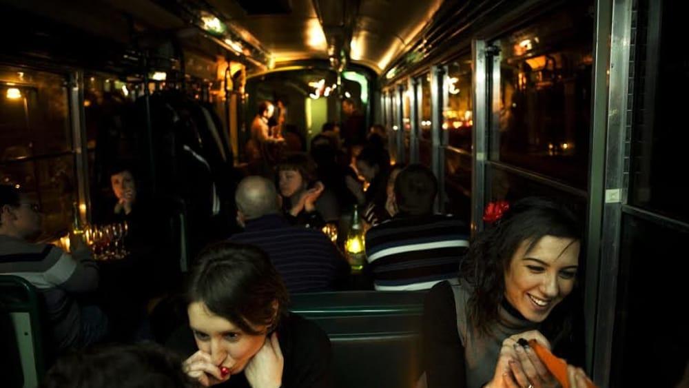 in giro per roma con un tram con musica jazz